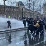 В Тунисе митингующие забросали полицию бутылками и краской | анонсы на oremontekvartir