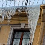 Над балконом дома в Саратове, где погиб школьник, выявили опасную наледь | анонсы на oremontekvartir